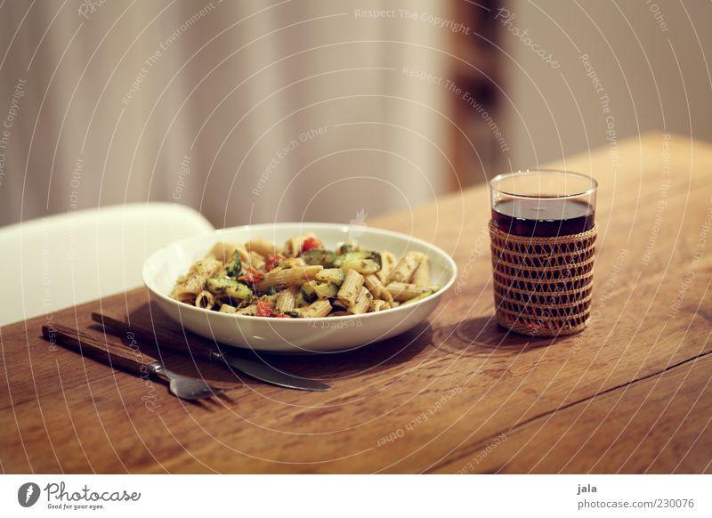 pasta & wein Glas Ernährung Lebensmittel Getränk Wein Gemüse Geschirr lecker Teller Bioprodukte Abendessen Messer Mittagessen Nudeln Besteck Gabel