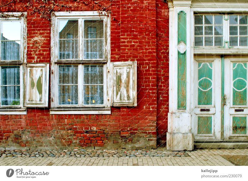 altstadt Kleinstadt Altstadt Haus Einfamilienhaus Mauer Wand Fenster Tür Briefkasten Potsdam Farbfoto mehrfarbig Außenaufnahme Licht Schatten Kontrast Altbau