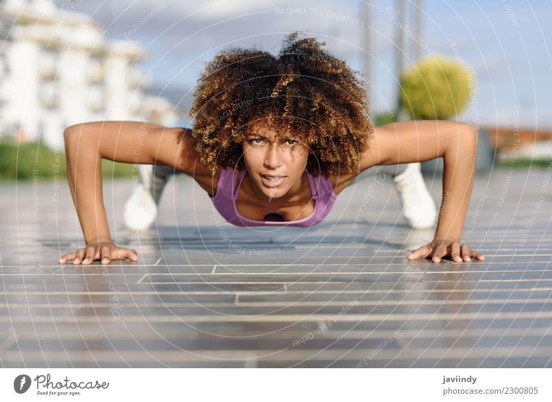 Geeignete Frau des Schwarzen, die Pushups auf städtischem Boden tut. Mensch Jugendliche Junge Frau 18-30 Jahre schwarz Erwachsene Straße Lifestyle Sport