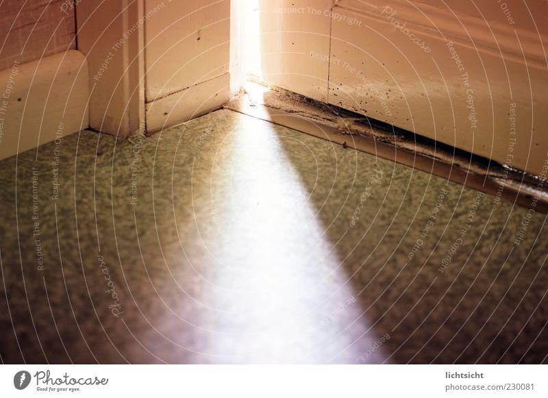 hinter der Tür alt dunkel hell Tür Raum Angst Beginn Hoffnung leuchten Bodenbelag Neugier geheimnisvoll entdecken Eingang mystisch unheimlich