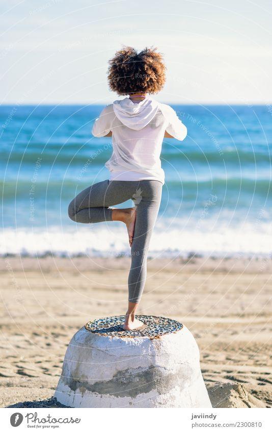 Hintere Ansicht der jungen schwarzen Frau, die Yoga im Strand tut Mensch Jugendliche Junge Frau Erholung 18-30 Jahre Erwachsene Lifestyle Sport Haare & Frisuren