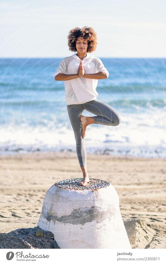 Junge schwarze Frau beim Yoga am Strand. Lifestyle schön Haare & Frisuren Wellness Erholung Meditation Freizeit & Hobby Meer Sport Mensch Junge Frau Jugendliche
