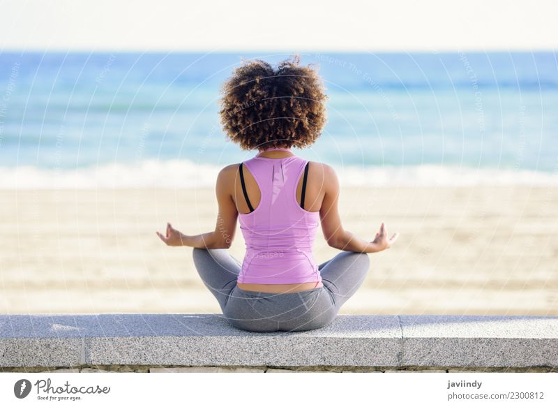 Schwarze Frau, Afro-Frisur, Yoga am Strand. Lifestyle schön Haare & Frisuren Wellness Erholung Meditation Freizeit & Hobby Meer Sport Mensch Junge Frau