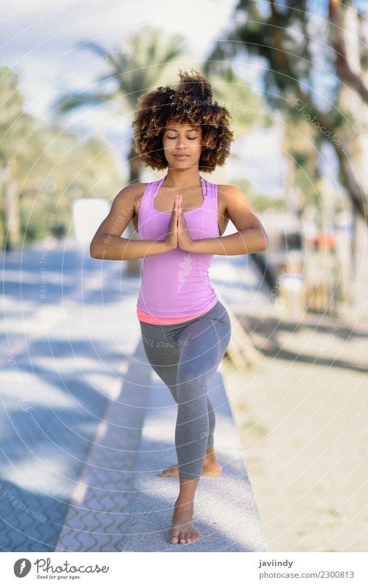 Schwarze Frau, Afro-Frisur, Yoga am Strand. Lifestyle schön Körper Haare & Frisuren Wellness Erholung Meditation Freizeit & Hobby Meer Sport Mensch Erwachsene