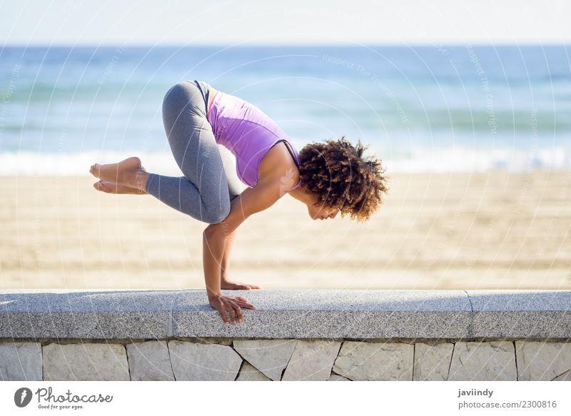 Schwarze Frau, Afro-Frisur, Yoga am Strand. Lifestyle schön Körper Haare & Frisuren Wellness Erholung Meditation Freizeit & Hobby Meer Sport Mensch Junge Frau