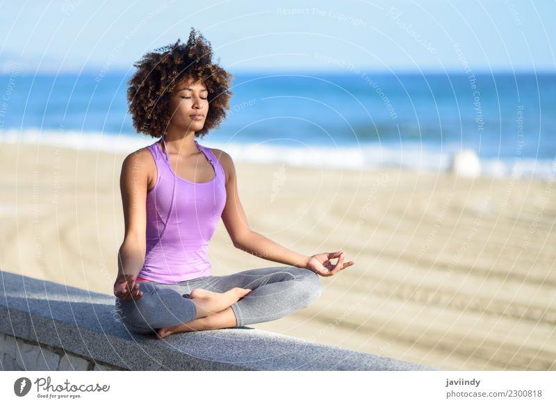 Frau Mensch Jugendliche Junge Frau Erholung Freude Strand 18-30 Jahre schwarz Erwachsene Lifestyle Sport Haare & Frisuren Freizeit & Hobby Zufriedenheit sitzen