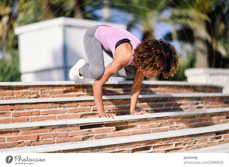 Geeignete Frau des Schwarzen, die Eignungsakrobatik in der Straße tut Mensch Jugendliche Junge Frau schön 18-30 Jahre schwarz Erwachsene Lifestyle Sport