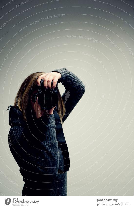 ich sehe was, das du nicht siehst. Mensch Jugendliche blau weiß feminin grau Erwachsene Kunst Freizeit & Hobby blond Raum Fotografie leer authentisch einfach