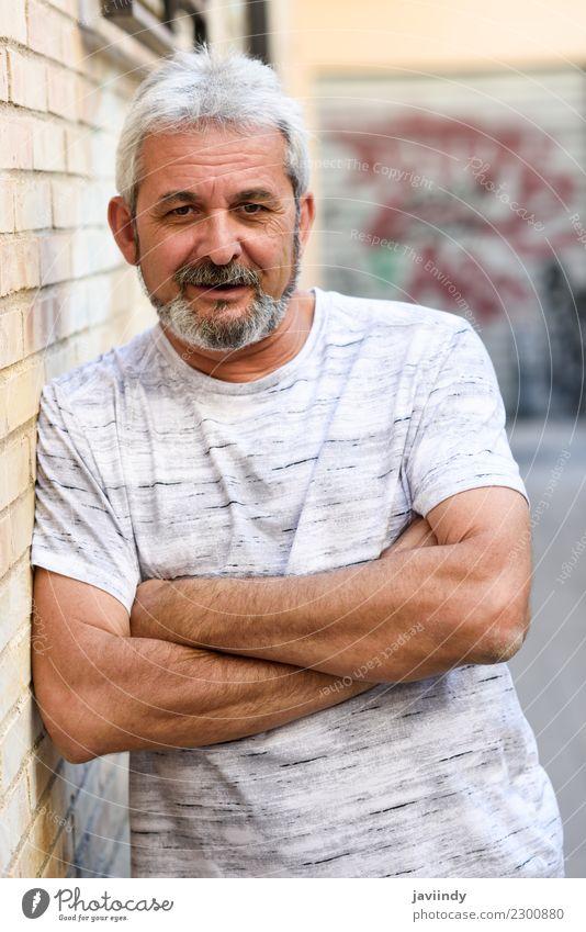 Reifer Mann, der an der Kamera im städtischen Hintergrund lächelt. Mensch alt weiß Straße Erwachsene Lifestyle Senior Glück Haare & Frisuren maskulin