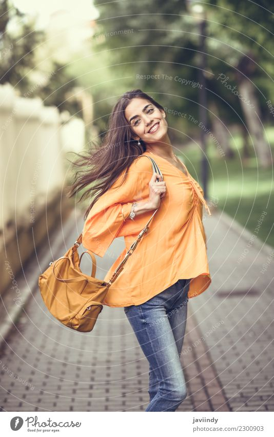 Junge Frau mit dem beweglichen Haar, das zufällige Kleidung trägt Lifestyle Stil Glück schön Haare & Frisuren Mensch feminin Jugendliche Erwachsene 1