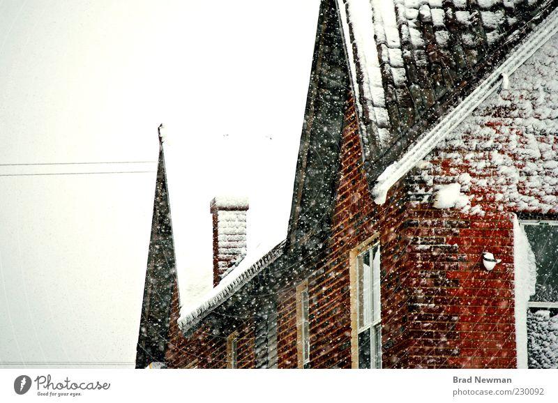 Natur weiß rot Winter Wolken schwarz kalt Schnee Fenster Wand Gebäude Mauer Schneefall Wetter Dach Bauwerk