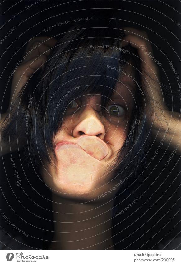 autschn Junge Frau Jugendliche Erwachsene 1 Mensch 18-30 Jahre schwarzhaarig berühren kaputt lustig verrückt Abdruck Kollision Mund Fensterscheibe Grimasse