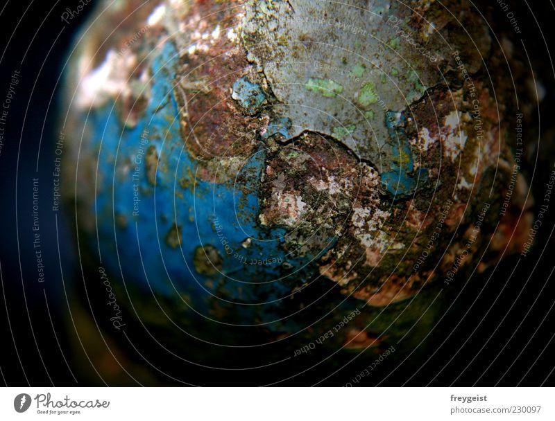 Rusted World Metall Globus alt historisch kalt kaputt nah blau grau schwarz unbeständig ästhetisch einzigartig Endzeitstimmung Umwelt Vergangenheit