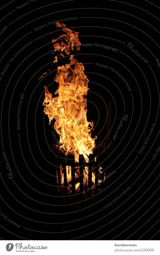 feuerungeheuer Wärme Metall hell Feuer leuchten heiß brennen Flamme Korb Feuerstelle Nachtaufnahme Lagerfeuerstimmung
