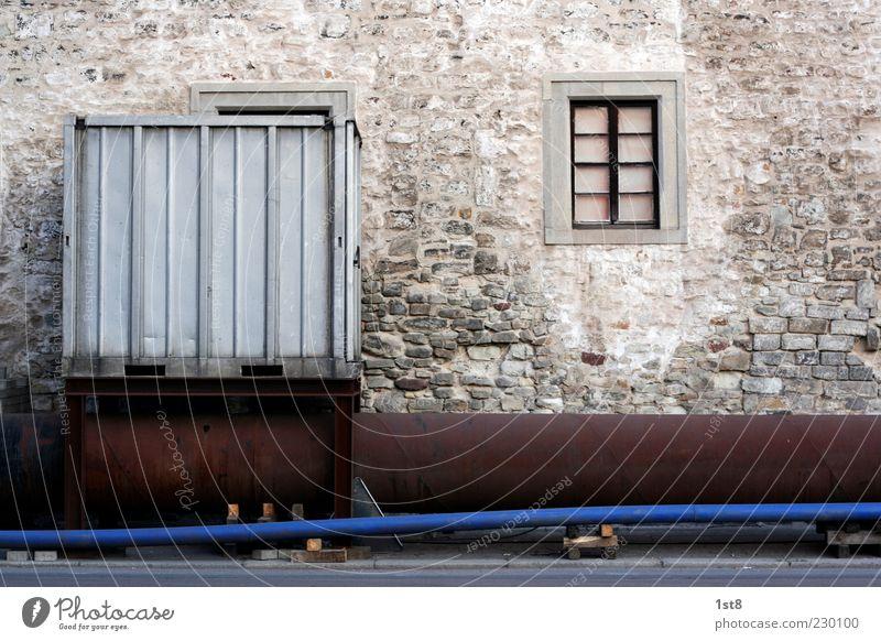 endlich online Stein Beton Metall Stahl Backstein Container Rohrleitung Versorgung Versorgungsengpass Farbfoto Außenaufnahme Textfreiraum oben