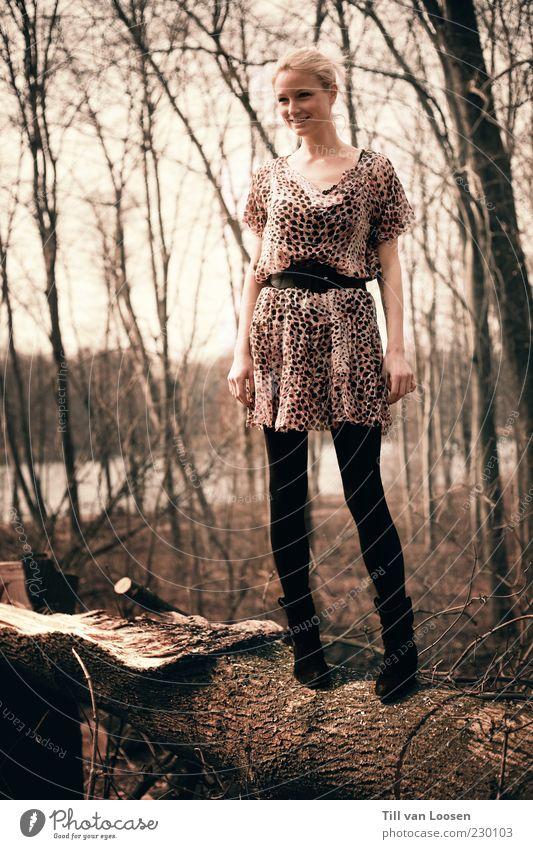 Mensch Frau Natur Jugendliche Baum Erwachsene Wald feminin Gefühle Mode blond modern ästhetisch stehen Coolness Bekleidung