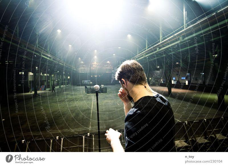 Warten auf den Moment Mann Musik Kunst Beleuchtung warten Kultur Beruf Ziel Fabrik Konzert Gelassenheit Rockmusik Bühne Veranstaltung Lagerhalle