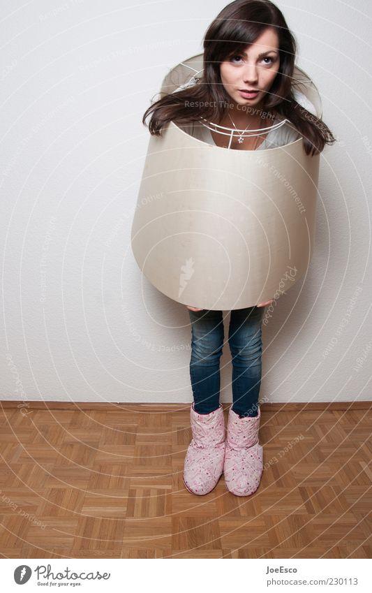 abgeschirmt. Frau Erwachsene Leben lustig natürlich verrückt außergewöhnlich einzigartig beobachten Neugier verstecken verkleiden Mensch Schutz Hausschuhe Lampenschirm