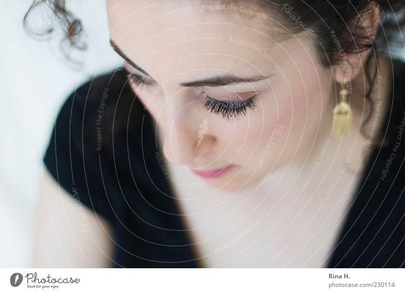 Löckchen feminin Junge Frau Jugendliche 1 Mensch 18-30 Jahre Erwachsene Denken schön Gefühle nachdenklich Ohrringe Locken Auge Dekolleté Farbfoto Innenaufnahme