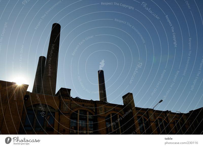 Industrieromantik Fabrik Wolkenloser Himmel Sonne Schönes Wetter Industrieanlage Fassade Fenster Schornstein leuchten alt historisch retro blau schwarz Hoffnung