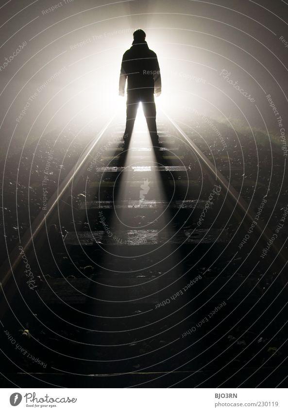 Widerstand #2 | train tracks Mann Erwachsene Eisenbahn Gleise stehen bedrohlich dunkel gruselig nah schwarz weiß Gefühle Enttäuschung Einsamkeit Erschöpfung