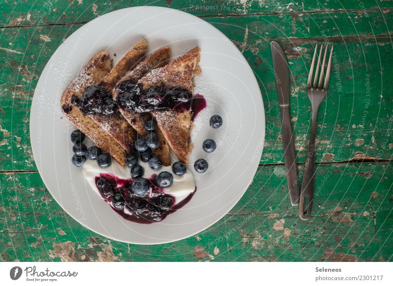 süßer Start in die Woche Lebensmittel Joghurt Frucht Teigwaren Backwaren Brot Toastbrot French Toast Blaubeeren Saucen Ernährung Essen Frühstück Besteck
