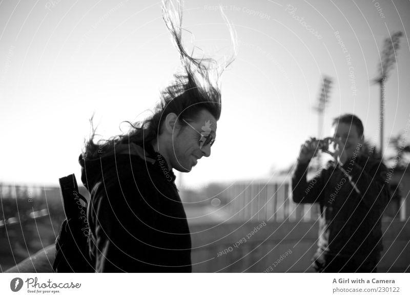 windige Angelegenheit - auf ein neues in S/W Mensch Jugendliche Erwachsene Leben Haare & Frisuren Freundschaft lustig Zusammensein Wind fliegen maskulin