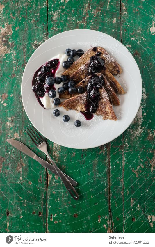 süßes Frühstück Lebensmittel Joghurt Frucht Teigwaren Backwaren Brot Dessert Süßwaren Marmelade Toastbrot French Toast Blaubeeren Puderzucker Bioprodukte