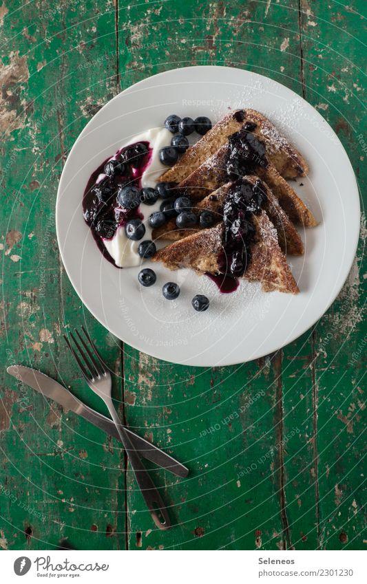 Wochenendsfrühstück Lebensmittel Frucht Teigwaren Backwaren Toastbrot French Toast Joghurt Blaubeeren Marmelade Ernährung Essen Frühstück Bioprodukte Teller