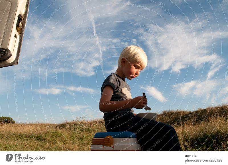 endlich wat zu essen Kind Himmel Natur Ferien & Urlaub & Reisen Sommer ruhig Ernährung Junge Gras Essen Kindheit Zufriedenheit blond sitzen Abenteuer Autotür
