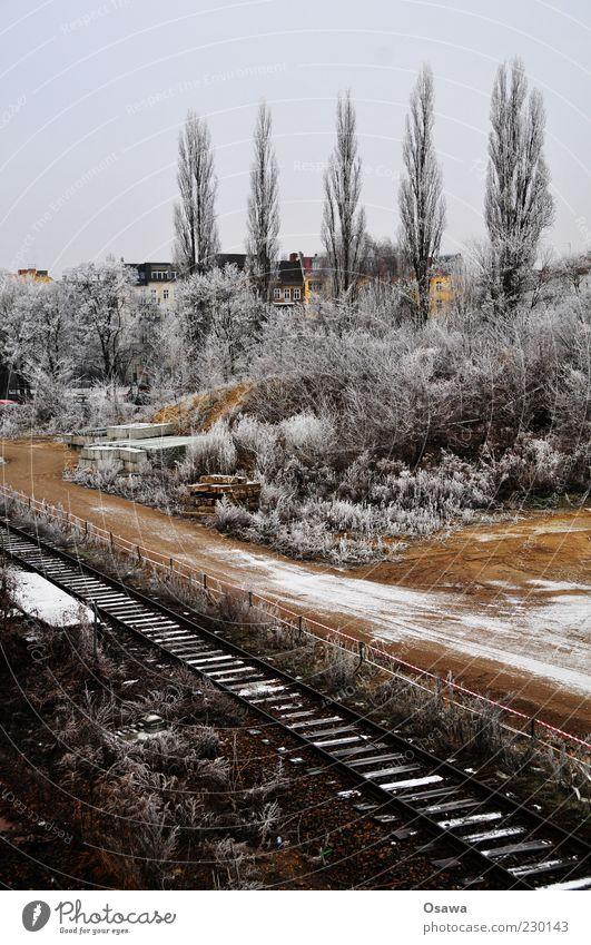 Eisnebel kalt Winter Schnee Raureif weiß Baum Sträucher Gleise Baustelle Ostkreuz Hochformat Textfreiraum oben grau bedeckt Himmel Menschenleer trist