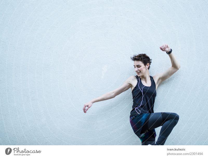 Musik und Training Lifestyle schön Körper Wellness Sport Fitness Sport-Training Sportler Headset Junge Frau Jugendliche brünett hören Lächeln stark passen