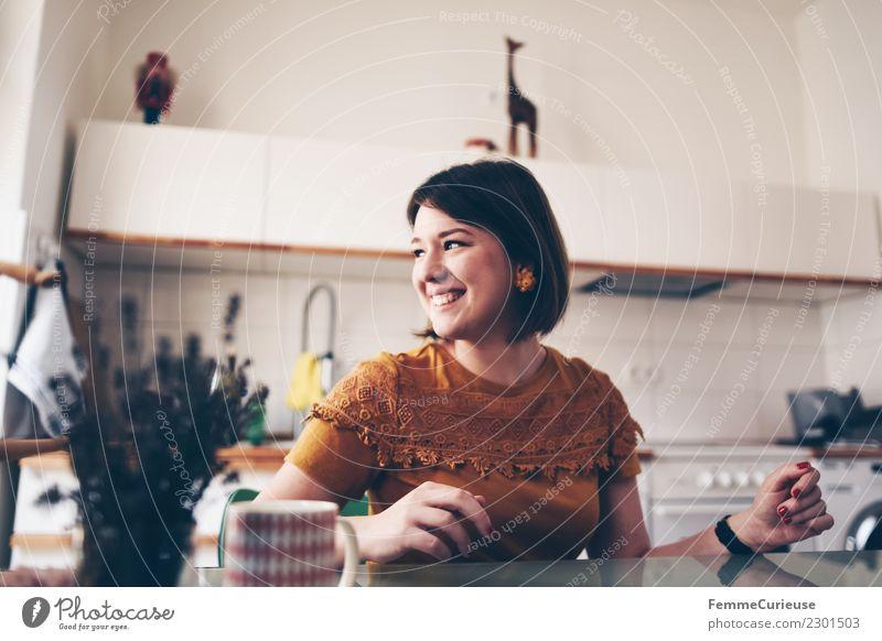 Young brunette woman sitting in a kitchen Lifestyle elegant Stil feminin Junge Frau Jugendliche Erwachsene 1 Mensch 18-30 Jahre schön Häusliches Leben Glück