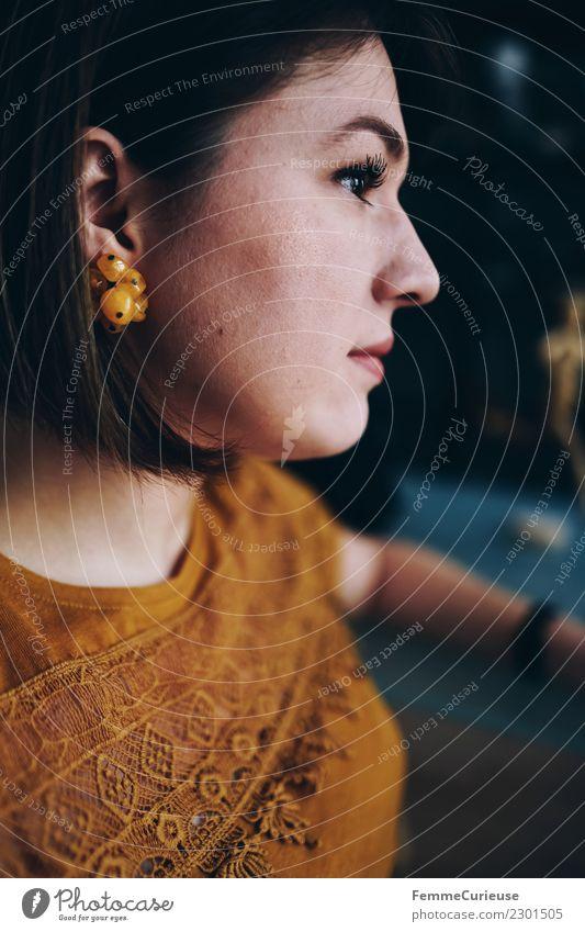 Portrait of a young brunette woman in profile Stil feminin Junge Frau Jugendliche Erwachsene 1 Mensch 18-30 Jahre schön Ohrringe ockerfarben gelb brünett