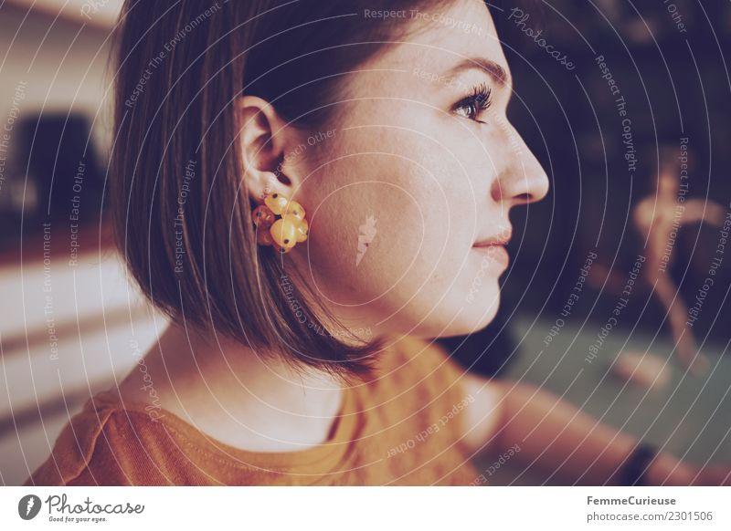 Brunette young woman in profile Lifestyle elegant Stil feminin Junge Frau Jugendliche Erwachsene 1 Mensch 18-30 Jahre Häusliches Leben Ohrringe T-Shirt gelb