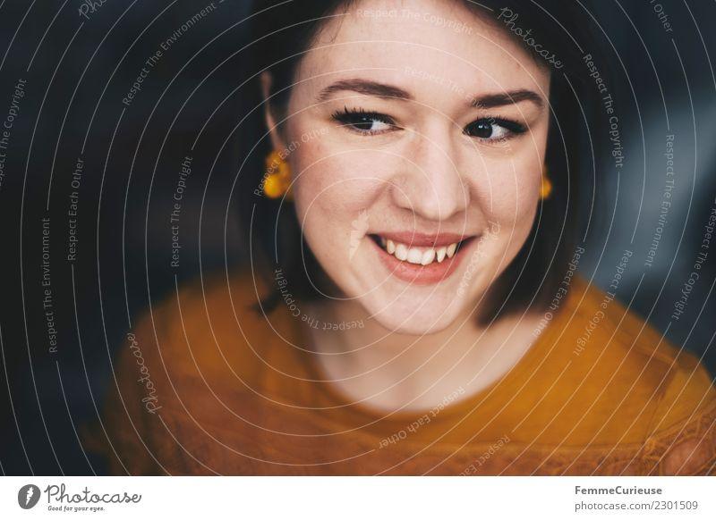 Smiling and attractive young woman Frau Mensch Jugendliche schön 18-30 Jahre Erwachsene gelb Lifestyle natürlich feminin Stil lachen Glück Zufriedenheit elegant
