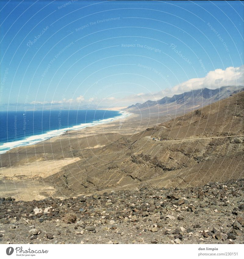 cofete blau Meer Sommer Strand Wolken Ferne Landschaft Berge u. Gebirge Wärme Stein Küste Stimmung hell Horizont hoch Insel