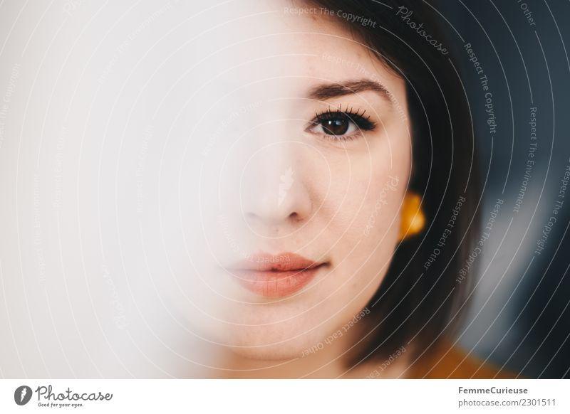 Half of the face of a beautiful young woman elegant Stil feminin 1 Mensch 18-30 Jahre Jugendliche Erwachsene schön Gesicht verdeckt Gesichtsausschnitt attraktiv