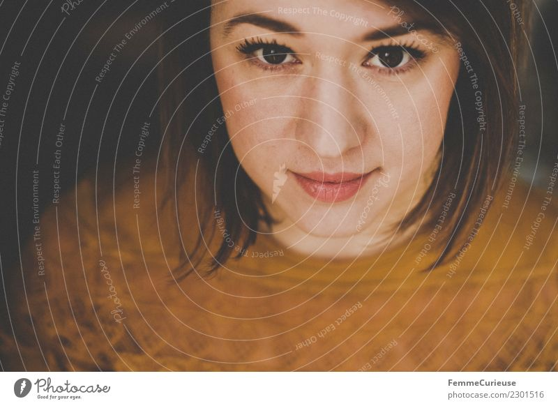 Portrait of a young brunette woman elegant Stil feminin Junge Frau Jugendliche Erwachsene 1 Mensch 18-30 Jahre schön ockerfarben gelb Ohrringe T-Shirt brünett
