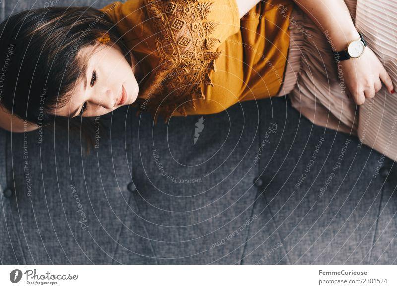 Young woman lying on the couch feminin Junge Frau Jugendliche Erwachsene 1 Mensch 18-30 Jahre Erholung Gelassenheit ruhig Häusliches Leben Pause Mittagsschlaf
