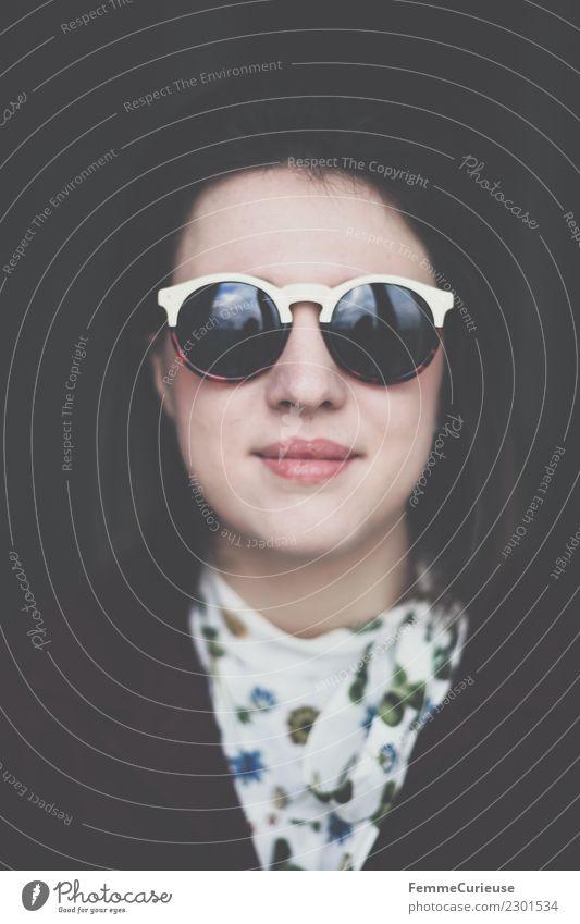 Young brunette woman wearing sunglasses Lifestyle Stil feminin Junge Frau Jugendliche Erwachsene 1 Mensch 18-30 Jahre schön Blumenmuster Bluse Sonnenbrille