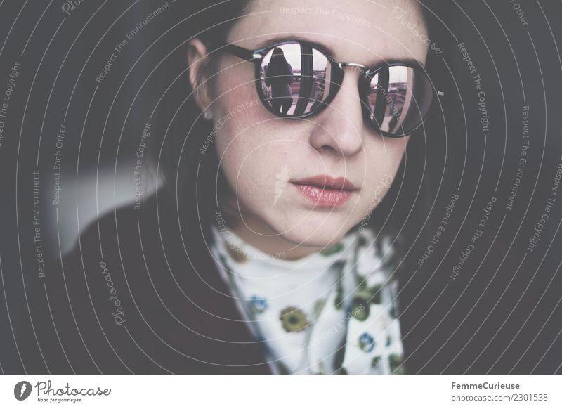 Young brunette woman wearing sunglasses Frau Mensch Jugendliche Junge Frau 18-30 Jahre Gesicht Erwachsene Lifestyle feminin Stil Mode Kopf elegant Coolness