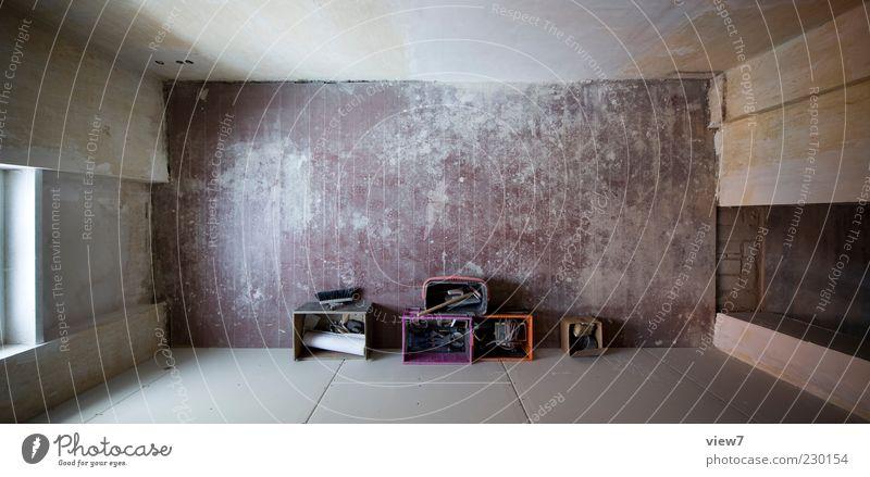 Ordnung. alt ruhig Haus kalt Fenster Wand Holz Stein Mauer Linie Tür Zufriedenheit Raum dreckig Autofenster