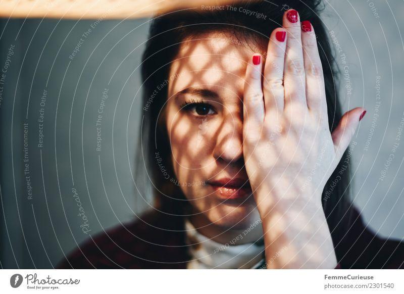 Junge Frau mit Schattenspiel im Gesicht feminin Jugendliche Erwachsene 1 Mensch 18-30 Jahre Gesichtsausschnitt verdeckt Hand Reflexion & Spiegelung braunes Auge
