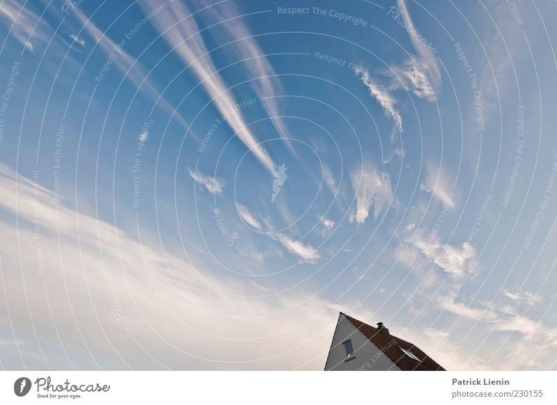 gegenüber Umwelt Natur Urelemente Luft Himmel Wolken Klima Wetter Schönes Wetter Wind Haus Einfamilienhaus schön Dach blau weiß Ferne Unendlichkeit luftig oben