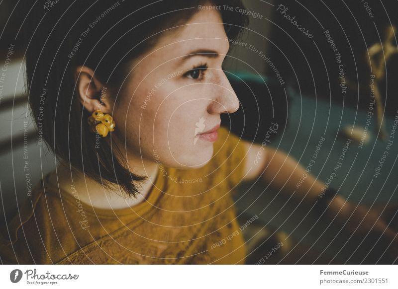 Young attractive woman in profile Frau Mensch Jugendliche Junge Frau Erholung ruhig 18-30 Jahre Gesicht Erwachsene Lifestyle feminin Stil Kopf Häusliches Leben