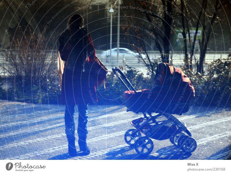 Miss X und Mister X jun. Mensch Frau Jugendliche Erwachsene Fenster Familie & Verwandtschaft Ausflug Mutter 18-30 Jahre Spaziergang Junge Frau Fensterscheibe