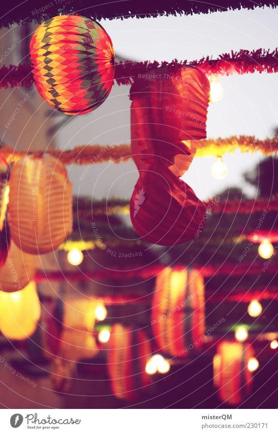 Straßenfest. Straßenbeleuchtung Lampion leuchten Lampe Girlande Licht Glühbirne Farbfoto mehrfarbig Außenaufnahme Detailaufnahme Muster Menschenleer