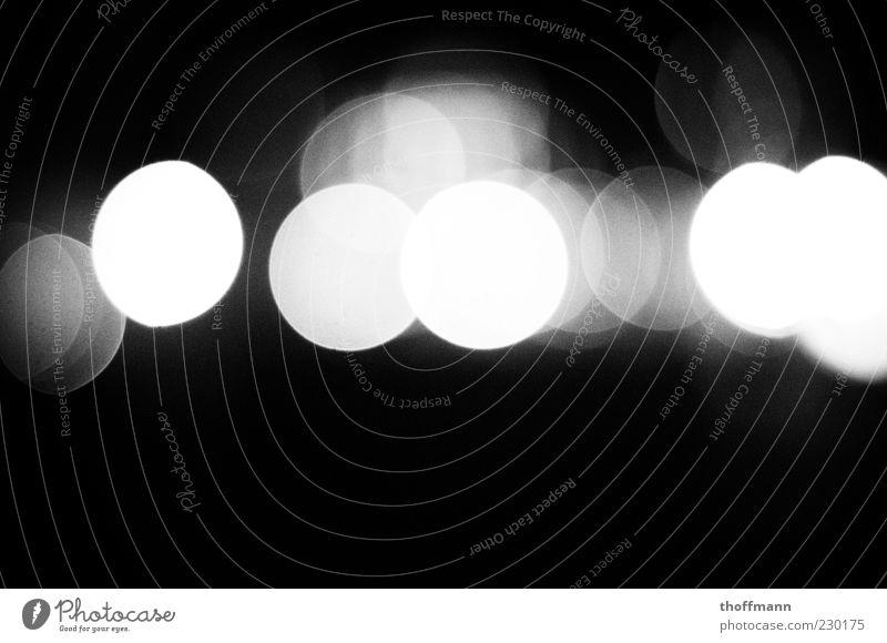 Nightlights. ruhig mehrere außergewöhnlich Kreis Schwarzweißfoto Müdigkeit Alkoholisiert Nacht Lichtpunkt Gefühle Rausch Lichtermeer