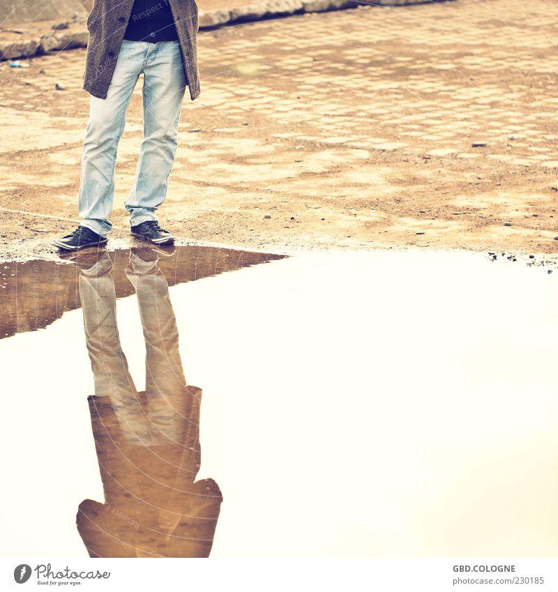 Springen, oder nicht?! Mensch Mann Jugendliche Wasser ruhig Einsamkeit Erwachsene Beine braun Schuhe Platz maskulin trist Jeanshose 18-30 Jahre Mantel